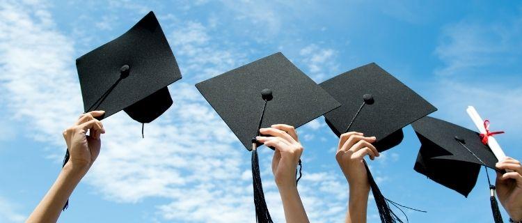 指定の養成学校を卒業する